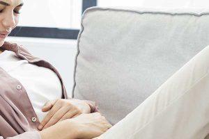 Nu neglijați durerea abdominală: poate anunța un cancer ovarian, vindecabil în stadiu incipient